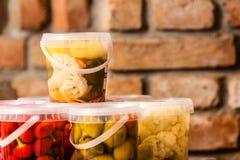 Pots avec les légumes marinés dans la cave photos stock