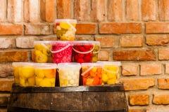 Pots avec les légumes marinés dans la cave image stock