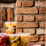 Pots avec les légumes marinés dans la cave image libre de droits