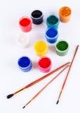 Pots avec les pinceaux colorés de gouache et. Images libres de droits