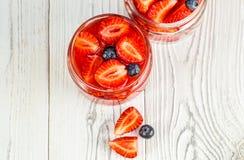 Pots avec les smoothies frais de fraise sur un fond blanc images libres de droits