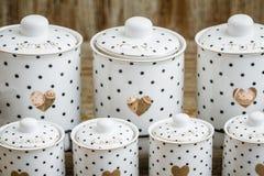 Pots blancs d'épice de porcelaine pointillés par noir avec le modèle de coeur Photographie stock