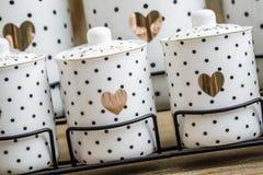 Pots blancs d'épice de porcelaine pointillés par noir avec le modèle de coeur Photo stock