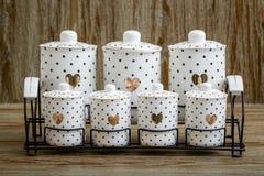 Pots blancs d'épice de porcelaine pointillés par noir avec le modèle de coeur Photos libres de droits