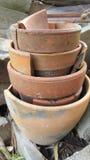 Pots cassés empilés Photo stock