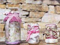 Pots décorés des roses et de la dentelle sur un fond en pierre Décoration à la maison Photo libre de droits