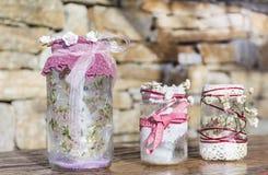 Pots décorés des roses et de la dentelle sur un fond en pierre Décoration à la maison Photographie stock