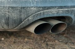 Pots d'échappement d'essence d'une automobile atmosphérique image libre de droits