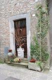 Pots d'argile devant une maison en pierre historique images libres de droits