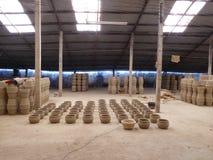 Pots d'argile en dedans à un entrepôt au Vietnam Image stock