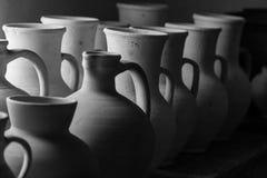 Pots d'argile et vases de différentes tailles Photos libres de droits