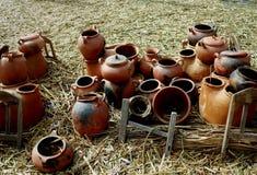 Pots d'argile flottant l'île de l'Uros, le Lac Titicaca, Pérou image stock