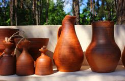 Pots d'argile sur le fond de la forêt Images libres de droits