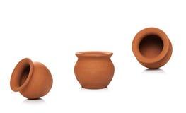 Pots d'argile utilisés depuis des époques antiques sur le fond blanc Argile mol Photo libre de droits