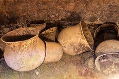 Pots dans une tombe antique photos stock