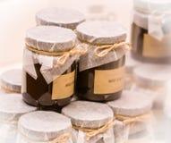 Pots de chocolat doux avec supérieur fixé avec de la ficelle Photo libre de droits
