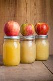 Pots de compote de pommes faite maison avec des pommes Photographie stock