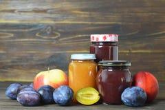 Pots de confiture de fruit sur la table en bois photo libre de droits