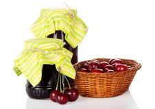Pots de confiture, un panier en osier avec le bonbon Photos stock