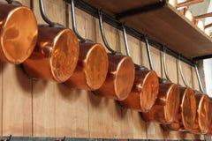 Pots de cuivre prêts pour la cuisson Photographie stock libre de droits