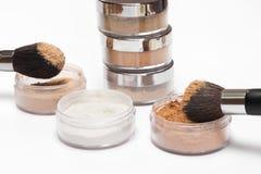 Pots de différentes couleurs de poudre cosmétique lâche Images stock
