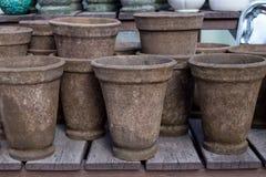 Pots de fleur Piles aléatoires et piles de pots de fleurs de vintage Image libre de droits
