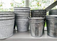Pots de fleur simples en métal sur une étagère Photos libres de droits