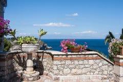 Pots de fleur sur un mur à un patio de villa dans Taormina, Sicile, Italie Images stock