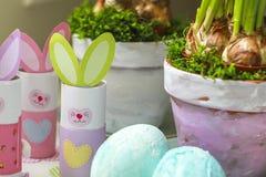 Pots de fleurs faits maison d'oeufs de lapins de décorations de Pâques Photo libre de droits