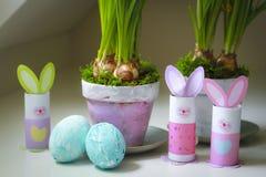 Pots de fleurs faits maison d'oeufs de lapins de décorations de Pâques Photographie stock libre de droits