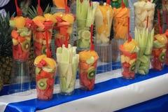 Pots de fruit sur une stalle du marché Photo libre de droits