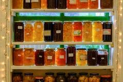 Pots de fruits et légumes tout préparés images stock