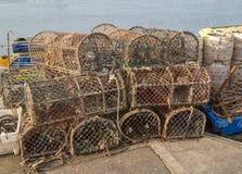 Pots de homard empilés sur le bord du quai Photographie stock