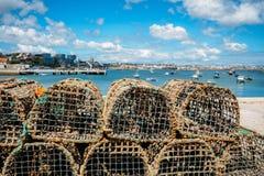 Pots de homard et de mollusques et crustacés à côté du Praia DA Ribeira dans Cascais, Portugal images stock