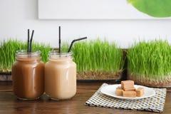 Pots de maçon avec la secousse de protéine Image stock