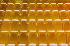 Pots de miel sur des étagères Photo libre de droits
