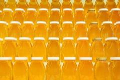 Pots de miel sur des étagères Images stock