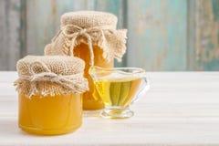 Pots de miel sur la table en bois Images stock