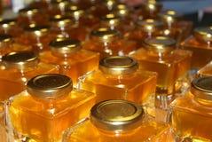 Pots de miel sur le marché Photos stock