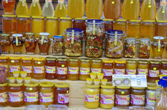 Pots de miel sur le marché Image libre de droits