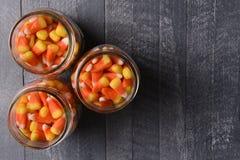 Pots de mise en boîte remplis de bonbons au maïs Photos libres de droits
