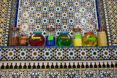 Pots de parfum à vendre au souk de Tetouan Photographie stock libre de droits