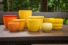 Pots de plantation en céramique décoratifs colorés Photographie stock libre de droits