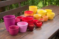 Pots de plantation en céramique décoratifs colorés Image stock