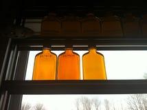 Pots de sirop d'érable à la cabane de sucre Image stock