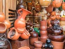 Pots de terre cuite au marché à Cuenca photos libres de droits