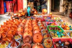 Pots de terre cuite et de grès pour les plats délicieux traditionnels Tajine et le couscous Image libre de droits