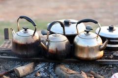 Pots de thé sur le feu de charbon de bois Photo libre de droits