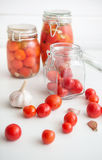 Pots de tomates marinées Photos libres de droits