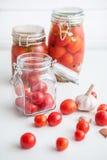 Pots de tomates marinées Images stock